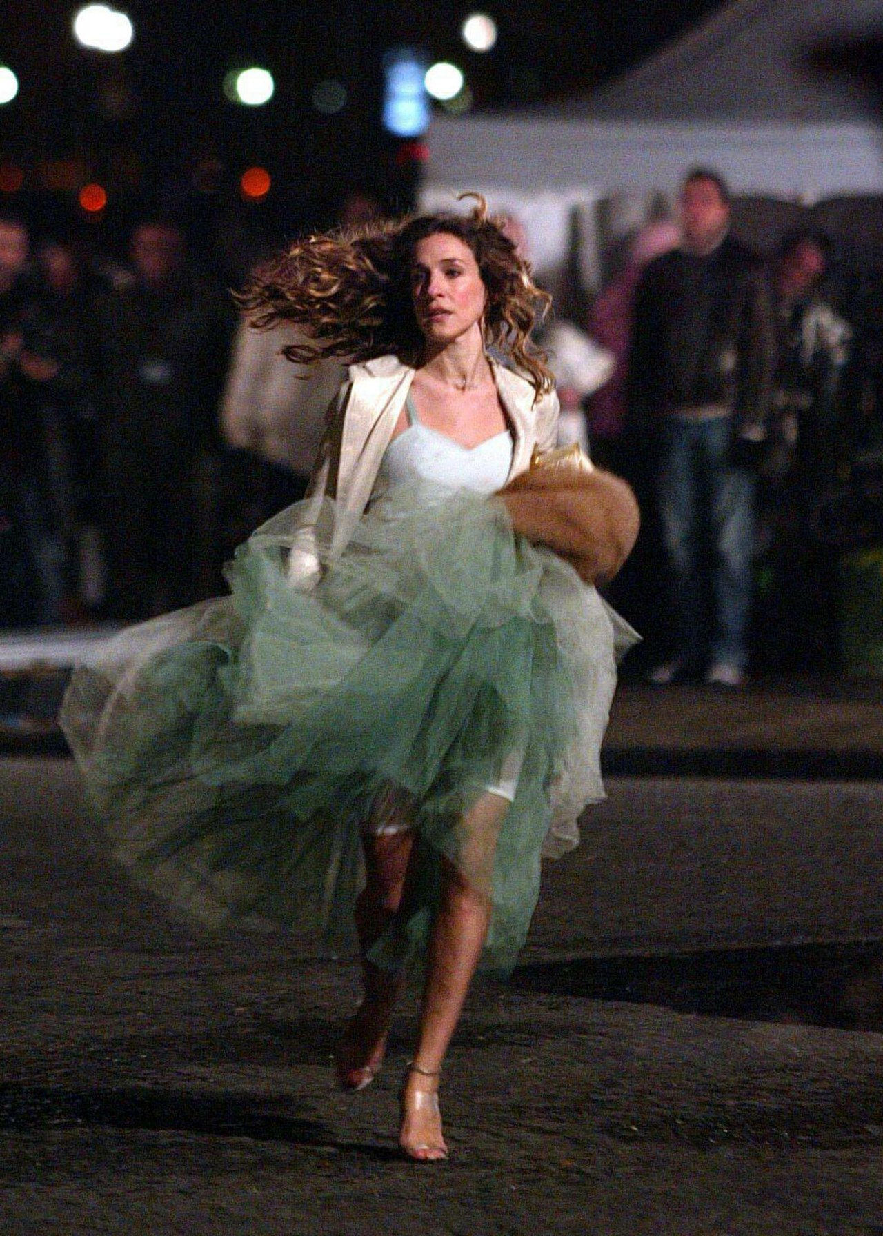 fashion-2016-03-carrie-bradshaw-running-in-tutu-in-paris-main